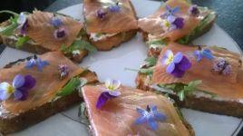 broodje zalm met eetbare bloemen